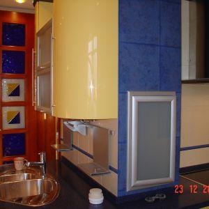 Сине желтая пластиковая кухня