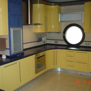 Кухня с гнутыми фасадами и встроенной плитой