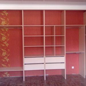 Встроенный шкаф полки