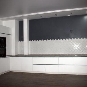 Угловая белая кухня лофт