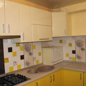 Желтая кухня с пластиковым фасадом