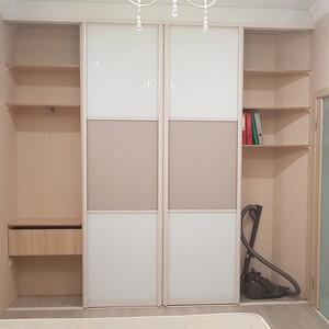 Встроенный шкаф-купе с профилем кремового цвета