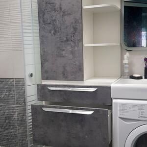 Комбинированный шкаф для ванной: полки, ящики и распашной шкаф.