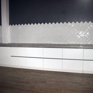 Белая кухня с гладкими фасадами