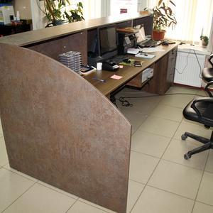 Рабочий стол в стойке ресепшн