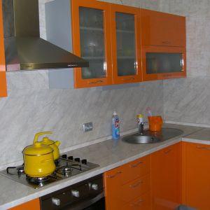 Угловая оранжевая кухня, крашеный МДФ