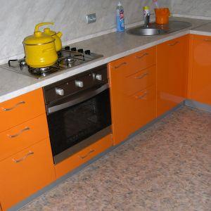 Оранжевая кухня со встроенным духовым шкафом