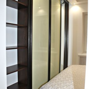 Узкий шкаф для спальни 2