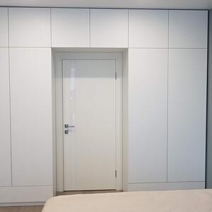 Встроенный распашной шкаф без ручек для спальни