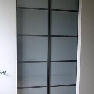 Раздвижные двери: профиль Grandis, матовое стекло