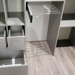 Выдвижные ящики и брючница в гардеробной комнате