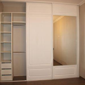Белый шкаф-купе с фрезеровкой 2