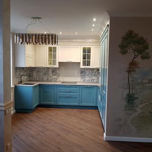 Вид кухни из гостиной-столовой