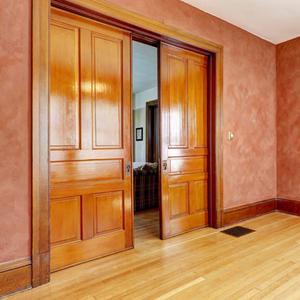 Раздвижная дверь из массива в пенале