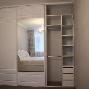 Белый шкаф-купе с фрезеровкой 4