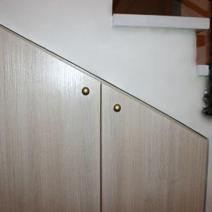 Встроенный шкаф под лестницей распашной