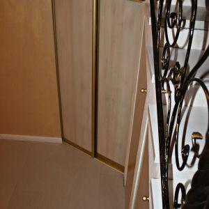 Встроенный шкаф под лестницей угловой