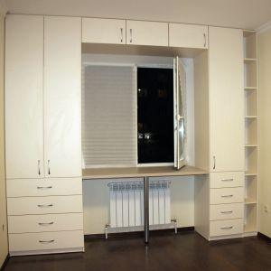 Рабочее место и распашные шкафы