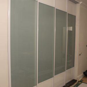 Четырехдверная стеклянная перегородка