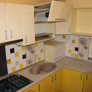 Желтая кухня из пластика - угловая