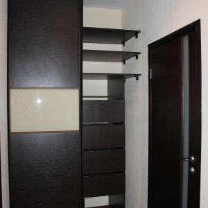 Коричневый двухдверный шкаф