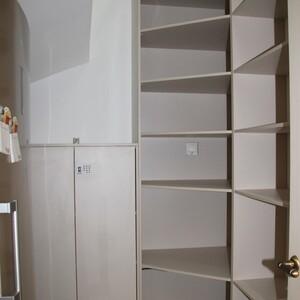Мебель в подсобном помещении в частном доме