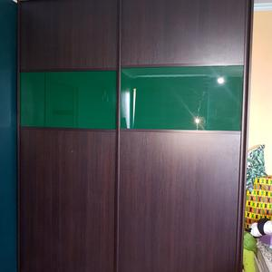 Шкаф-купе ЛДСП и зеленое стекло Оракал