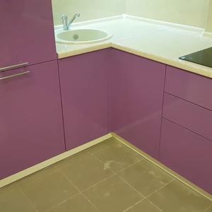 Кухня без ручек из розового МДФ