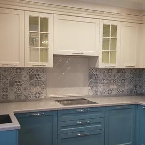 Бело-голубая кухня из МДФ с фрезеровкой со встроенной техникой и раздвижные двери
