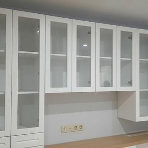Домашняя библиотека в классическом стиле из крашеного МДФ с фрезеровкой