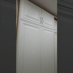 Белоснежный шкаф в прихожую с фрезерованными фасадами