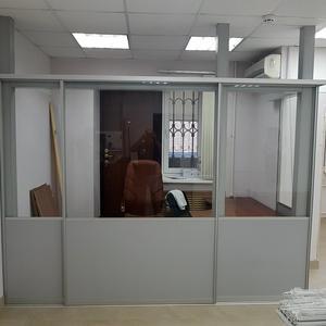Офисная перегородка с дверью купе