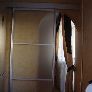 Стеклянная дверь-купе в арочном проеме