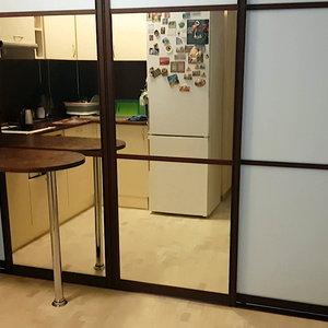 Раздвижная перегородка в студии, вид со стороны кухонной зоны