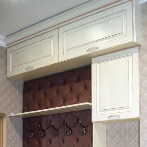 Полка и верхние шкафы в прихожей