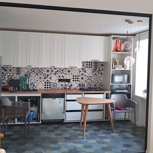 Проем между кухней и гостиной с открытой раздвижной перегородкой