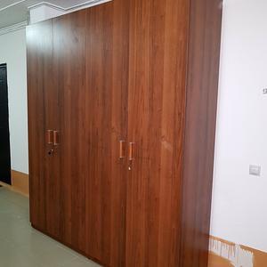 Высокий распашной шкаф