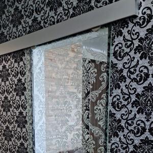 Стеклянная раздвижная дверь из прозрачного стекла с рисунком