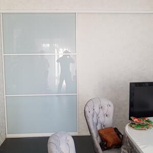 Дверь купе на базе белого алюминиевого профиля (порошковая краска)