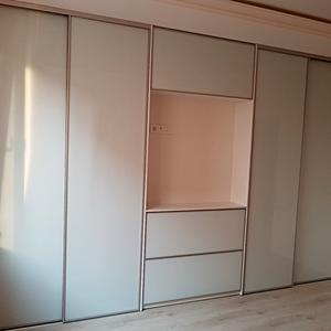 Встроенный шкаф с местом для тв