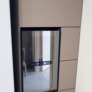 Кухонный шкаф со встроенным винным холодильником