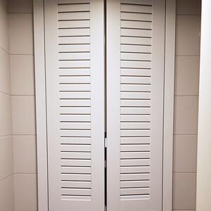Распашной встроенный в нишу шкаф