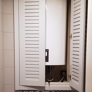 Распашной белый шкаф в санузел