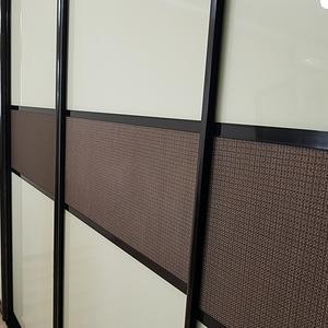 Фасад из бежевого стекла в темном профиле