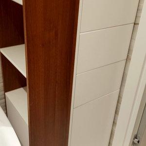 Шкаф и открытые полки в ванной