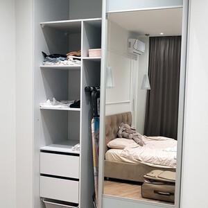 Универсальный встроенный шкаф-купе с зеркальными вставками