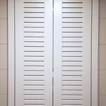 Распашной шкаф с шаттерсами в санузел [6]