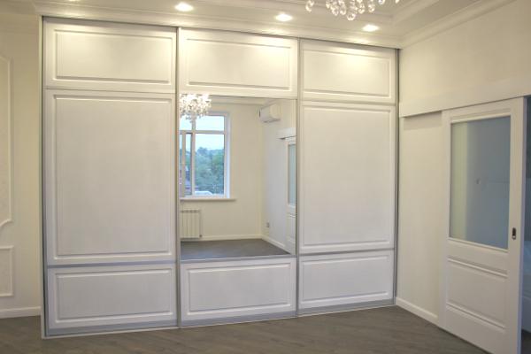 Белый шкаф-купе классический с фризеровкой