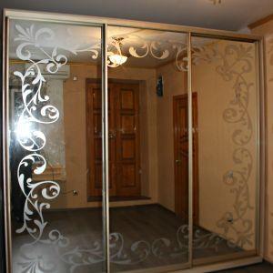 Зеркальный шкаф-купе с пескоструйным рисунком 1