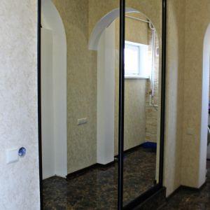 Зеркальный встроенный шкаф 1